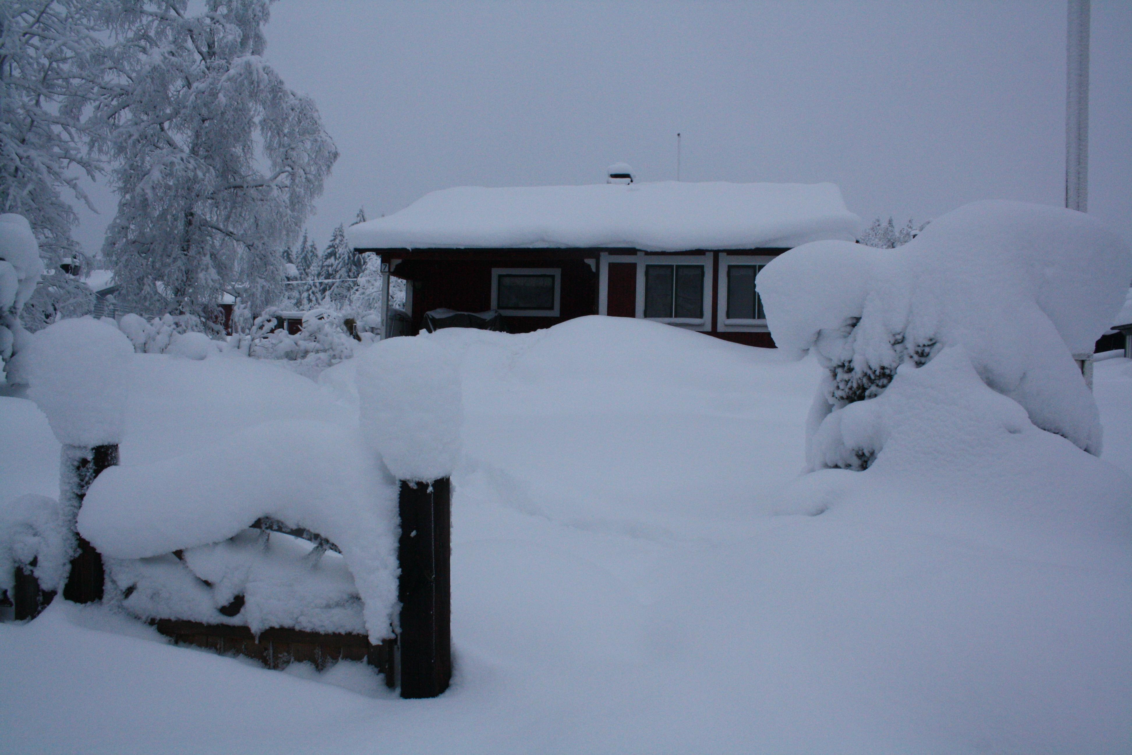 906a9367 Stugan är inbäddad i snö som ser ut som bomull och det dröjer ett tag innan  man kan sätta ut utemöblerna.